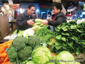 相对于鞍山二路农贸市场,位于镇江路与延吉路路口的镇江路农贸市场