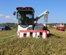 吉林长春:农机工程队助力秋收